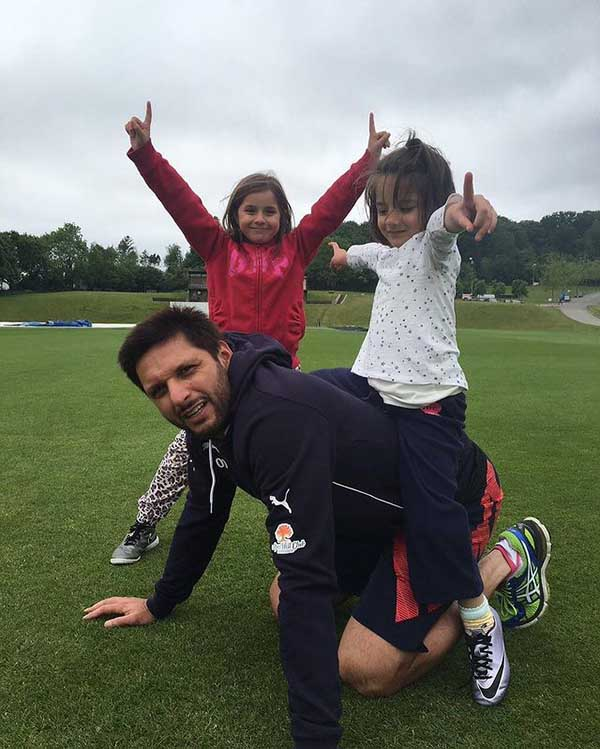 Shahid Afridi playing with her daughters